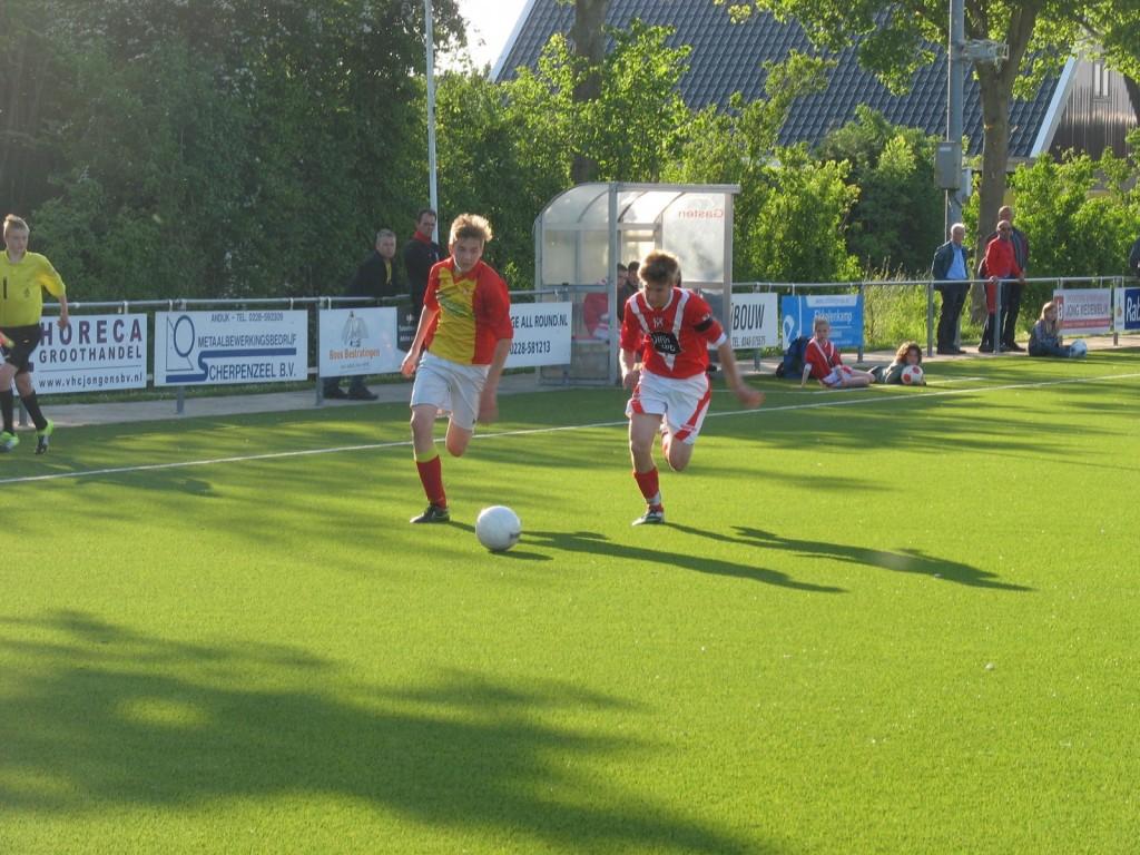 Arjan Koomen is sneller dan zijn tegenstander en gaat richting strafschopgebied.