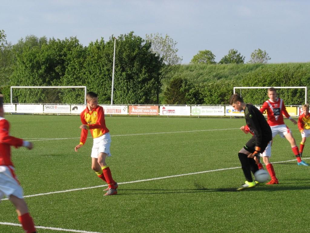 Daar trekt hij de bal voor op Niek Broersen die op fantastische wijze de score opent.