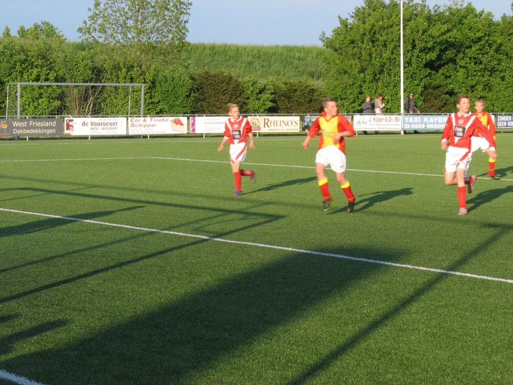 Twan Dekker lijkt een kans te krijgen, maar kreeg de bal niet onder controle.