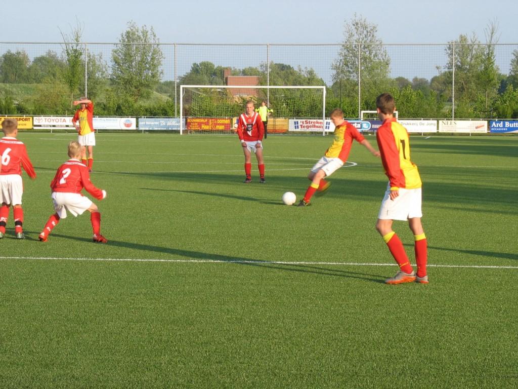 Arjan Koomen legt aan voor een vrije trap, de bal leek een prooi te worden voor de keeper.