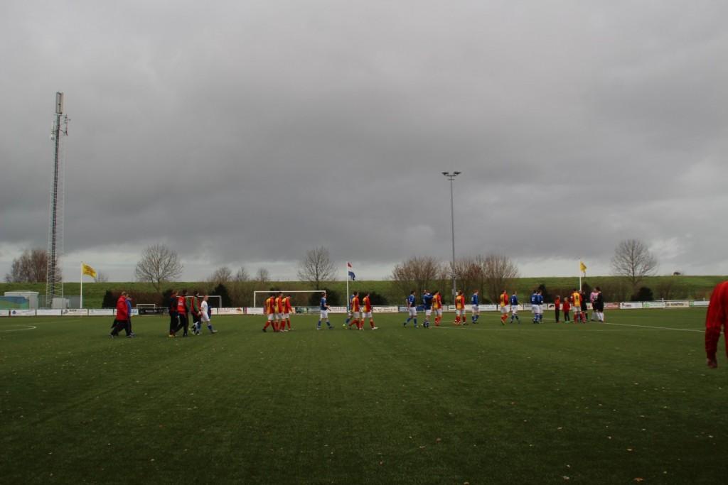 De spelers van Strandvogels en De Valken komen het veld op voor wat een spectaculair duel zou worden.