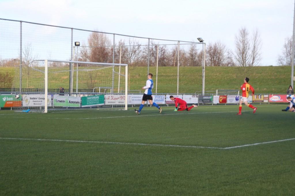 De keeper van Winkel is verslagen door de hier niet zichtbare Mike Boon, het is 2-1.