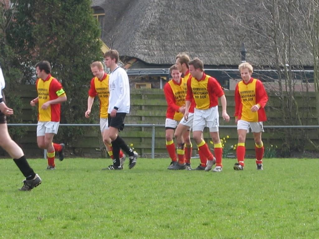 Paul Neuvel maakte in het laatste competitietreffen tussen DWB en Strandvogels in De Weere de enige en dus winnende goal. Verder op de foto vlnr Richard Mol, Joost Broedersz, Dennis Dol, Tim van der Gulik en (de nog piepjonge) Ton Lakeman.