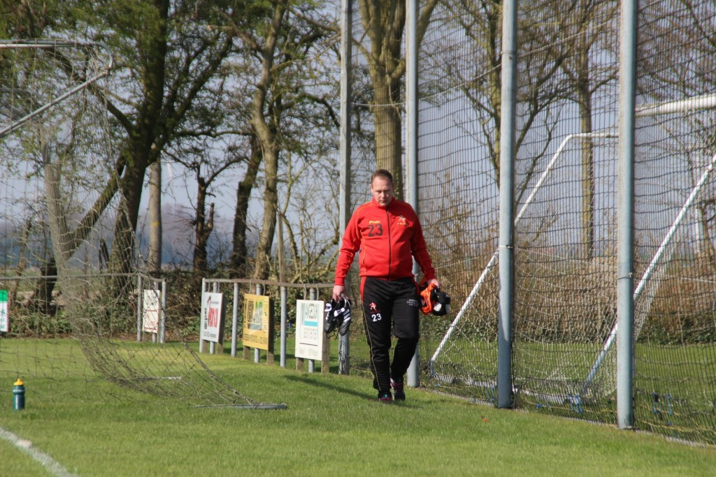 Het werk van de gouden clubman Martijn Weel zit er op. De vaste stand-in van Edwin Hoogland gaat op weg naar de douche.