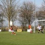 Siebren Waardenburg schiet op doel. De keeper is verslagen, de verdedigers kunnen er ook niet bij.