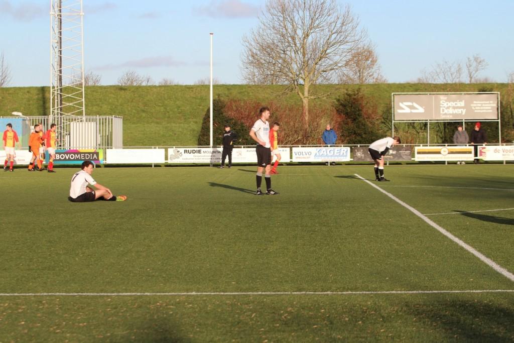 Edwin Hoogland maakte de oversteek om het doelpunt mee te vieren.