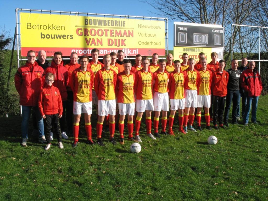 Voor de wedstrijd ging de selectie samen met hoofdsponsor Cees Grooteman op de foto.