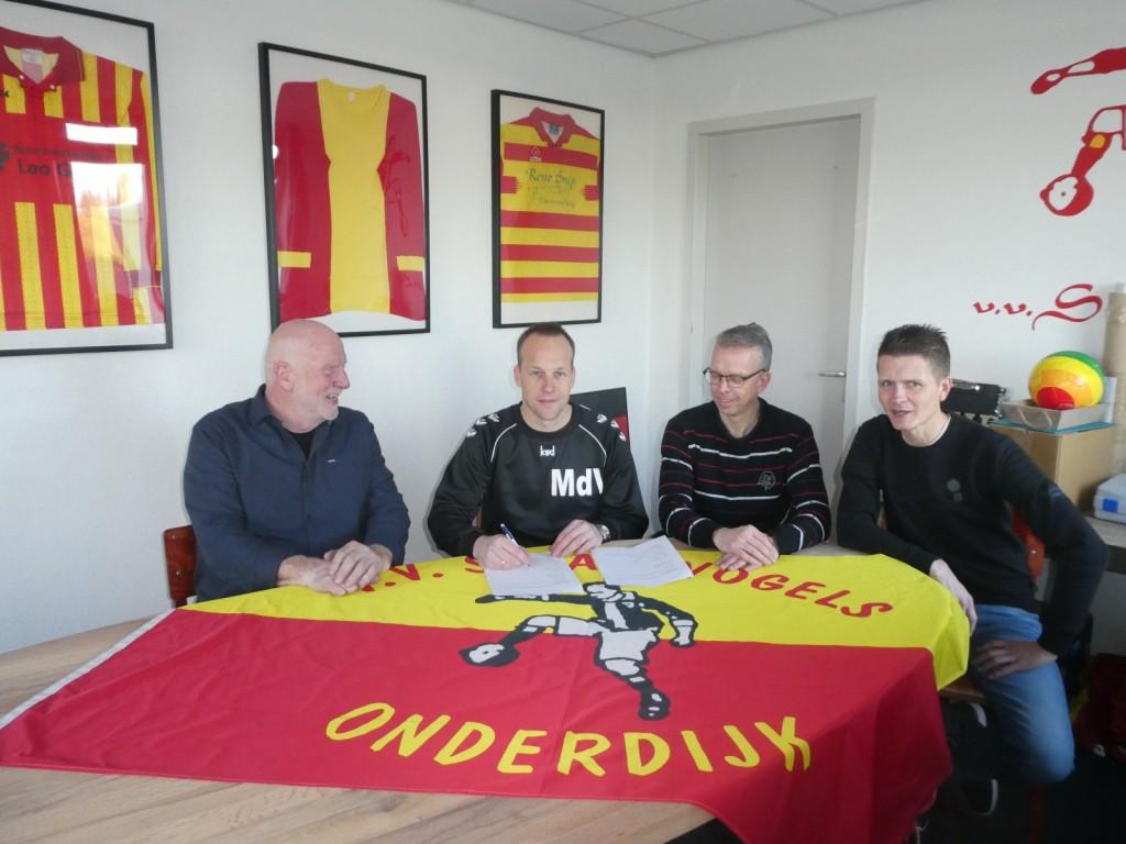 Onder toeziend oog van voorzitter Cees Duijn, secretaris Jos Koomen en penningmeester Ronald Deen ondertekend Menno de Vries zijn nieuwe contract.