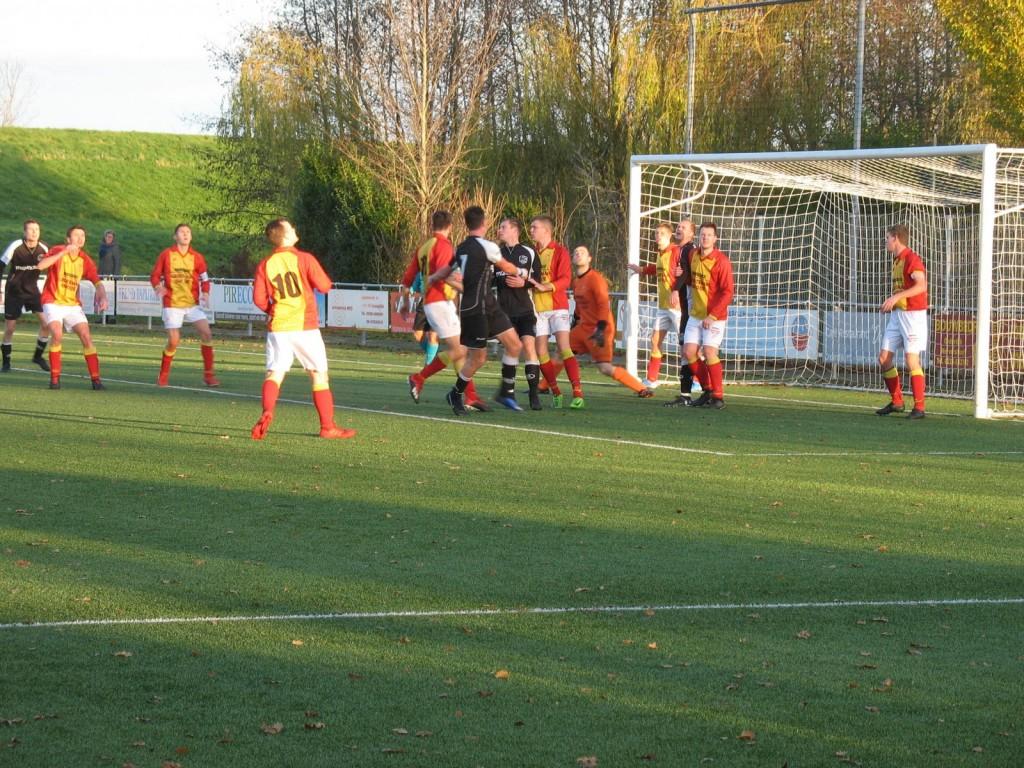 Alarmfase één voor het doel van Edwin Hoogland. Strandvogels begon slecht aan de tweede helft.