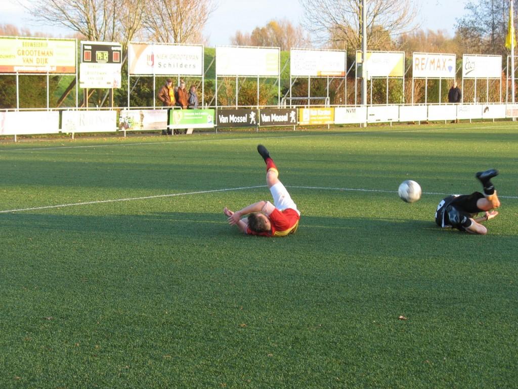 Siebren Waardenburg is gevloerd maar krijgt geen penalty van de nu ook op grote afstand leidende scheidsrechter.