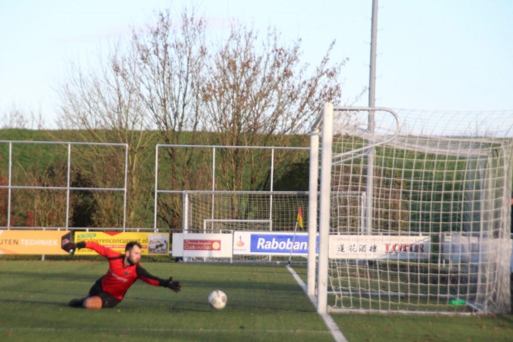 De keeper van Oosthuizen ziet de bal na het schot van Dawid Zerek net naast gaan.