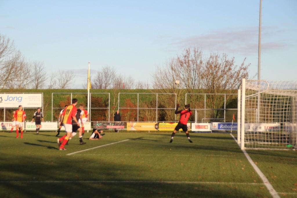 Stijn Sierkstra heeft uitgehaald maar de bal gaat ruim over het doel.