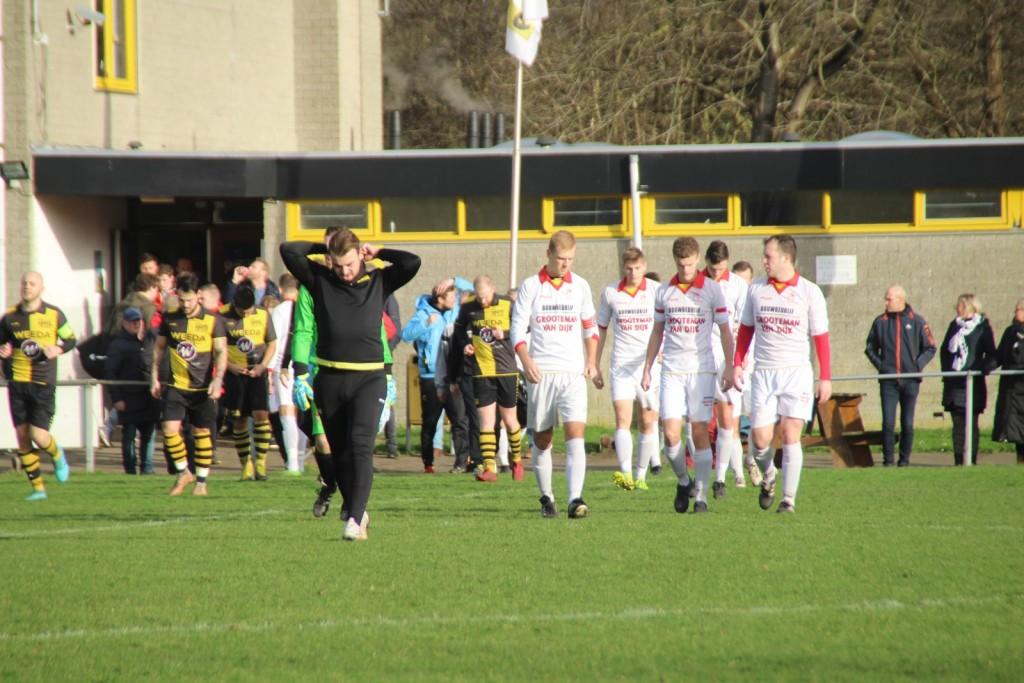 De spelers van Strandvogels komen het veld op, onder aanvoering van de weer teruggekeerde Daan Woudenberg.