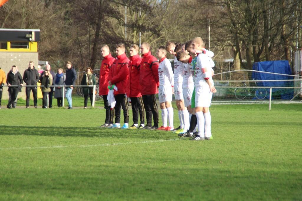Voor de wedstrijd werd een minuut stilte gehouden vanwege het overlijden van een trouwe supporter van HSV Sport.