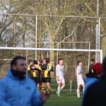 De spelers van HSV Sport 1889 vieren één van de vier doelpunten, Strandvogels is verslagen.