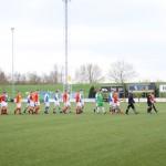 De spelers komen het veld op voor de derby.
