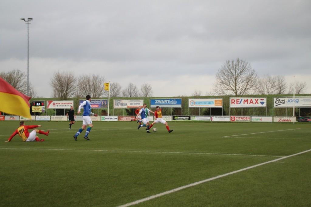 En een grote kans voor Siebren Waardenburg, maar hij weet zijn schoen niet achter de bal te krijgen.