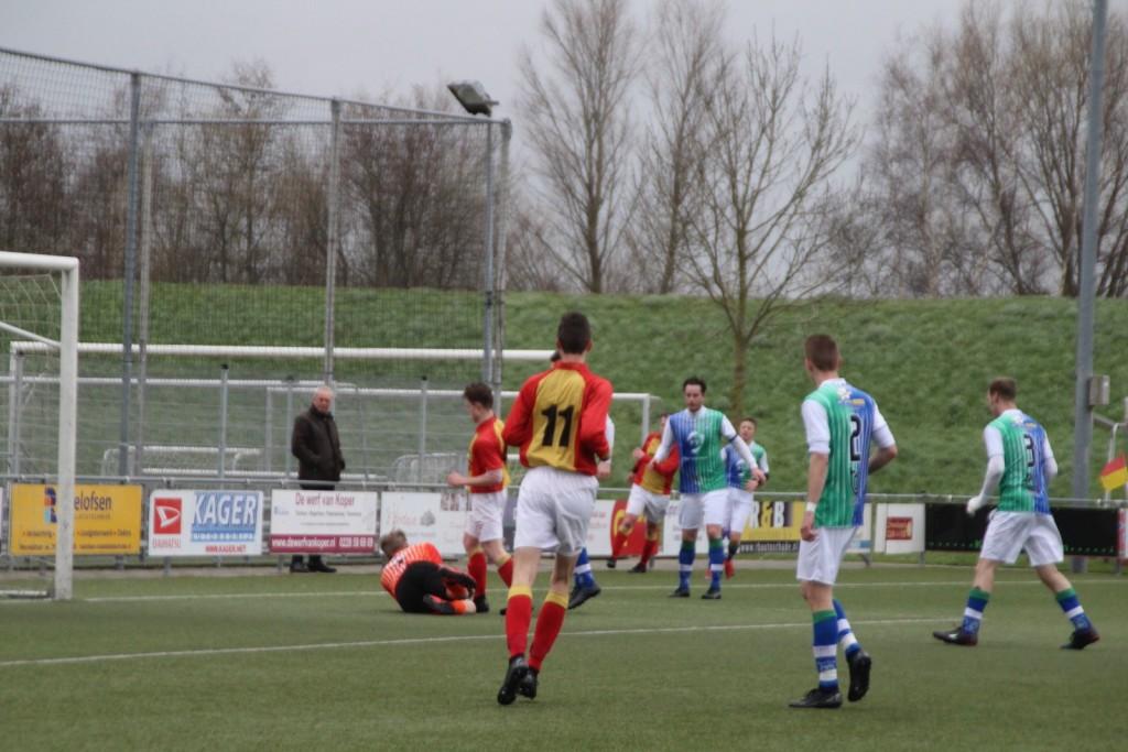 Siebren Waardenburg komt net te laat, de keeper heeft de bal.