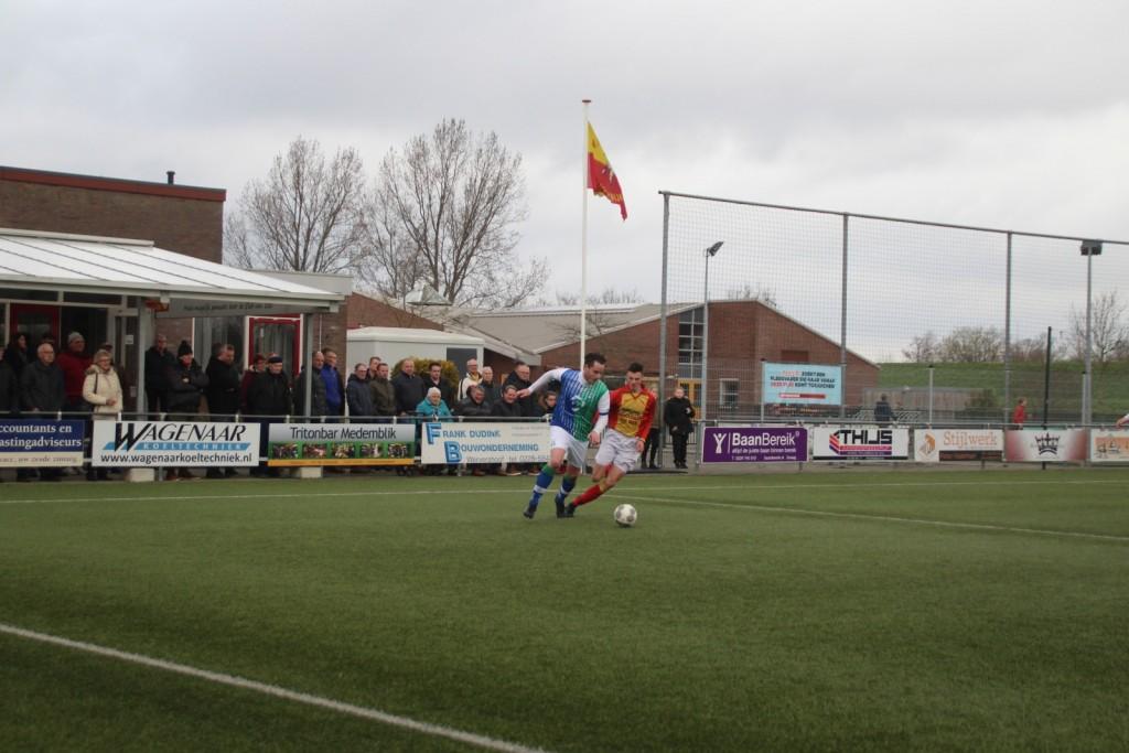 Niek Broersen in achtervolging op de aanvoerder van Sporting Andijk. Net als zijn collega-aanvoerder Mitch Hofland kopte hij schitterend raak in deze wedstrijd.