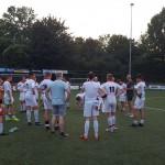 Patrick de Vries complimenteert de spelers na de prima eerste oefenwedstrijd.