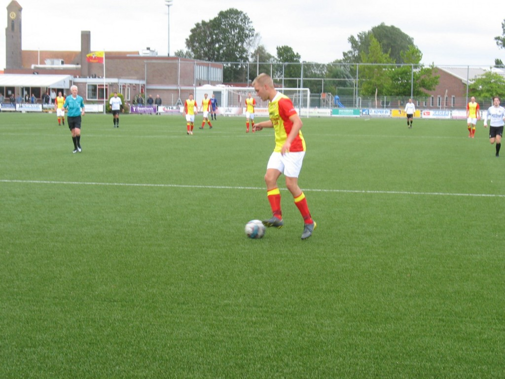 Tijmen de Kroon controleert de bal en zal deze daarna in de hoek schieten. Helaas voor Strandvogels wist de keeper van RCZ de inzet tot corner te verwerken.
