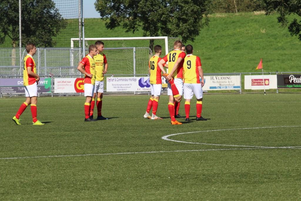 De spelers staan klaar voor de start van het seizoen 2020-2021, eindelijk weer competitievoetbal.