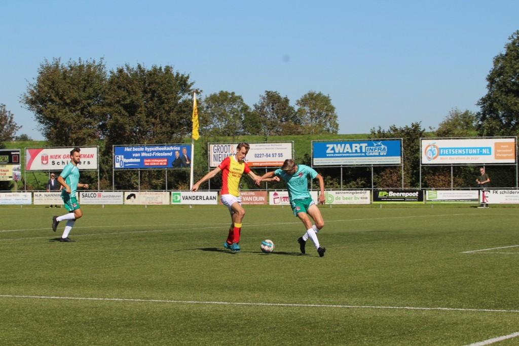 Ard Heilig aan de bal in het strafschopgebied. Hij maakte zijn officiële debuut in Strandvogels 1.