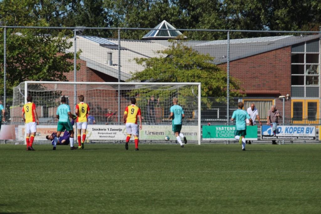 Edwin Hoogland heeft de verkeerde hoek gekozen, het is 0-1.