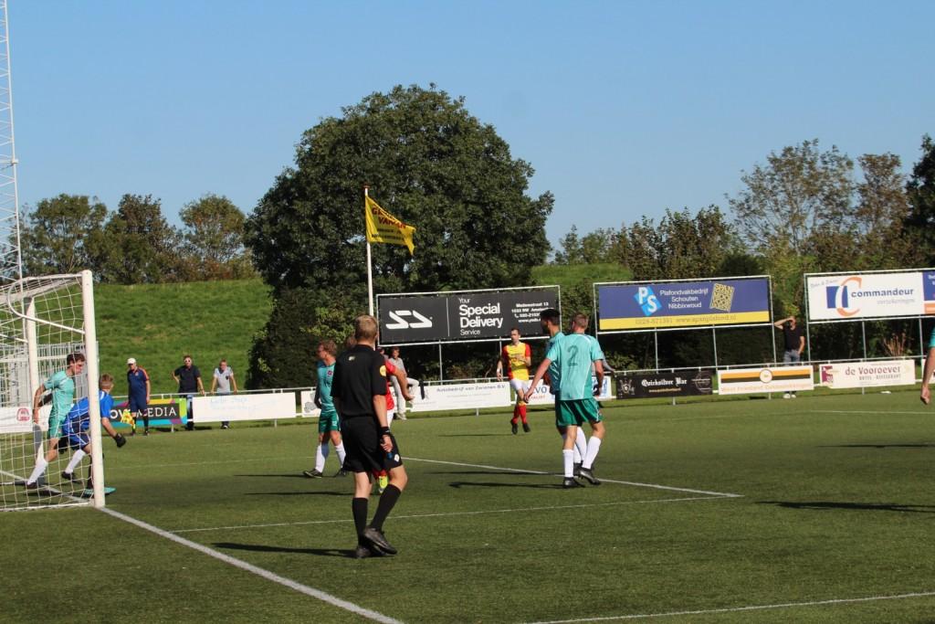 En na deze corner moest de bal van de lijn geschoten worden door een verdediger.