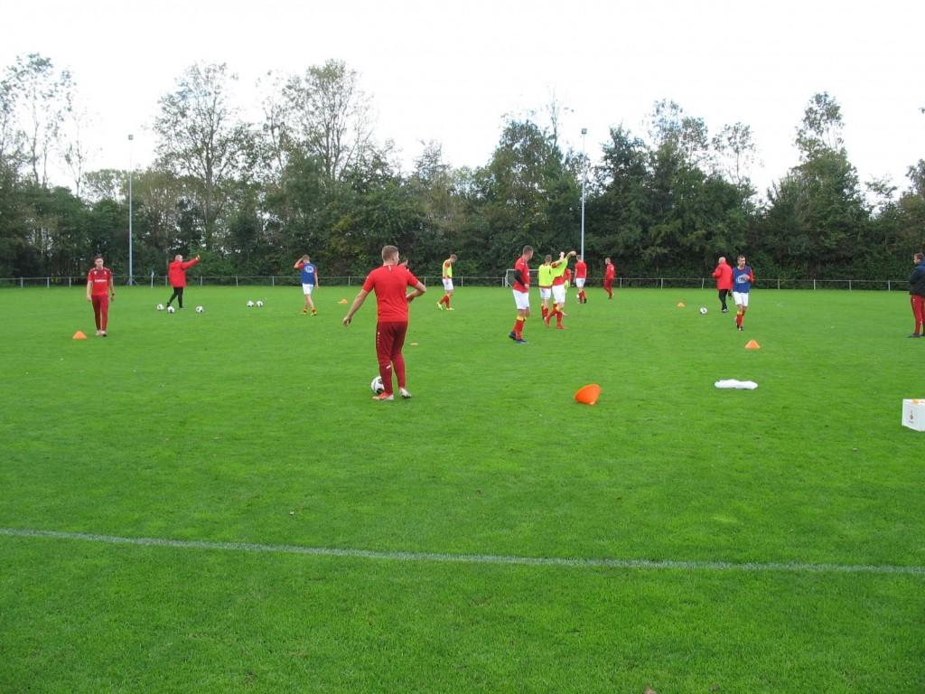 De warming-up voor de wedstrijd tegen Flevo die gespeeld werd op het B-veld van de club uit Middenmeer