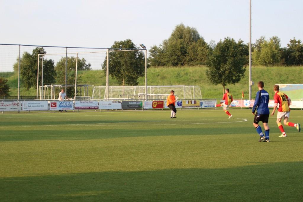 Papa Jordy Weel scoorde in de laatste wedstrijd tussen Flevo en Strandvogels (voor de beker) twee keer.