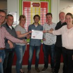 De Club van 100 overhandigde na afloop van de wedstrijd van Strandvogels 1 een cheque van € 2.250 aan het bestuur van de club.