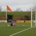 Erwin Neuvel tikt de bal, na de gave assist van Rens Grooteman, langs de keeper.