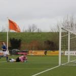 De verdediger van De Valken baalt als hij ziet dat de bal binnen gaat.