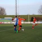 De aanvaller van Winkel delft het onderspit tegen de Oranje-goalie van de Vogels.