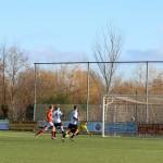 De keeper kan er niet bij en de bal lijkt richting verre hoek te gaan.