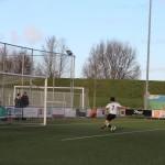 Maar een verdediger schiet zijn gepasseerde keeper te hulp en redt ruim voor de doellijn.