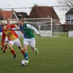 Fel duel tussen Tim Broersen en een speler van Sporting Andijk in de laatste editie van de derby in het seizoen 2017-2018.