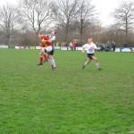 Een nog jonge Jordy Weel gaat in het seizoen 2006-2007 het luchtduel aan met Kwiek-keeper Donny de Vos. Toen werd er in Avenhorn nog op echt gras gespeeld.