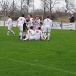 Jordy Weel ligt bedolven onder zijn ploeggenoten. Hij maakte in het seizoen 2011-2012 drie goals tegen De Valken, net als afgelopen zondag tegen Berkhout.