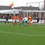 Beeld uit de wedstrijd Strandvogels-RKEDO in het seizoen 2015-2016. De Vogels wonnen toen met 2-1 ondanks dat meer dan een helft met tien man moest worden gespeeld na een rode kaart voor Mario Smak.