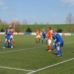 Woudia-trainer Edwin Degenaars kopt als speler van Strandvogels op het doel van VVS '46.