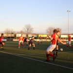 Stijn Sierkstra heeft de bal vanaf de achterlijn terug getrokken op Arjan Koomen.