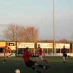 De keeper is gepasseerd maar de bal zal op de paal gaan.