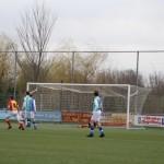 Merlijn Weel, Stijn Sierkstra en Siebren Waardenburg zien van dichtbij dat al snel 1-0 is geworden.