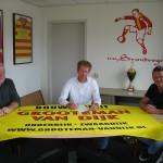 Ronald Grooteman, eigenaar van Bouwbedrijf Grooteman-van Dijk, tekent het nieuwe sponsorcontract.