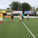 Aanvoerder Merlijn Weel bij de toss voor de eerste officiële wedstrijd van Strandvogels  na bijna een halfjaar.