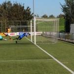 De keeper van St. George tikt de bal uit de korte hoek waardoor het slechts een corner oplevert.