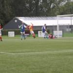 De armen gaan omhoog bij Tijmen de Kroon als hij vlak voor tijd de eindstand op 1-4 bepaald in de laatste derby in Andijk.